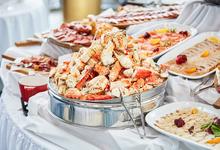 Стоит съесть: краб-кейк в Buro TSUM, рибай с креветочным ризотто в MoreGrill,  бранч в «Восходе»