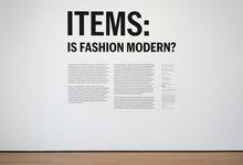 Однажды в Нью-Йорке: базовый гардероб как искусство в Музее современного искусства