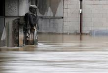 Мокрое дело: в Париже закрыли Лувр