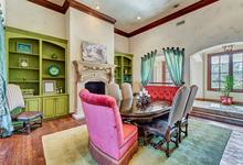 Особняк Селены Гомес дешевеет на глазах. В Техасе продается дом с бассейном и фонтанами