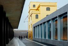 Миучча Прада засела в башне из 200 000 листов сусального золота