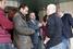 Киприоты разговаривают с представителем банка в Никосии