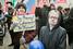 Участница шествия с плакатом «За Родину! За суверенитет! За Путина!»