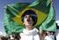 Протестующий у стадиона Mane Garrincha в Бразилиа. Надпись на флаге: «Коррупция. Репрессии»
