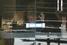 Заложники с поднятыми руками за витриной кафе Lindt