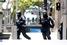 Бойцы полицейских спецподразделений рядом со зданием, где находятся заложники