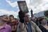 Некоторые участники митинга вместо плакатов с лозунгами держали над головой учебники