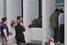 Люди стоят в очереди перед банкоматом в Никосии