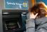 Женщина пытается получить деньги в банкомате в центре Афин