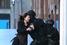 Бойцы полицейского спецподразделения встречают сбежавшую заложницу -- сотрудницу кафе Lindt