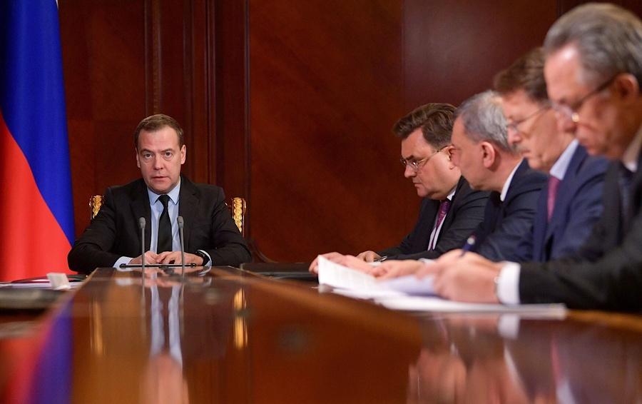 Медведев поручил сделать дорожные карты помеханизму «регуляторной гильотины»