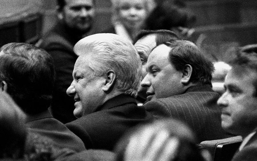 29 ноября 1992 года. Борис Ельцин и Егор Гайдар на Форуме сторонников реформ. Гайдар в это время — и.о. председателя правительства РФ