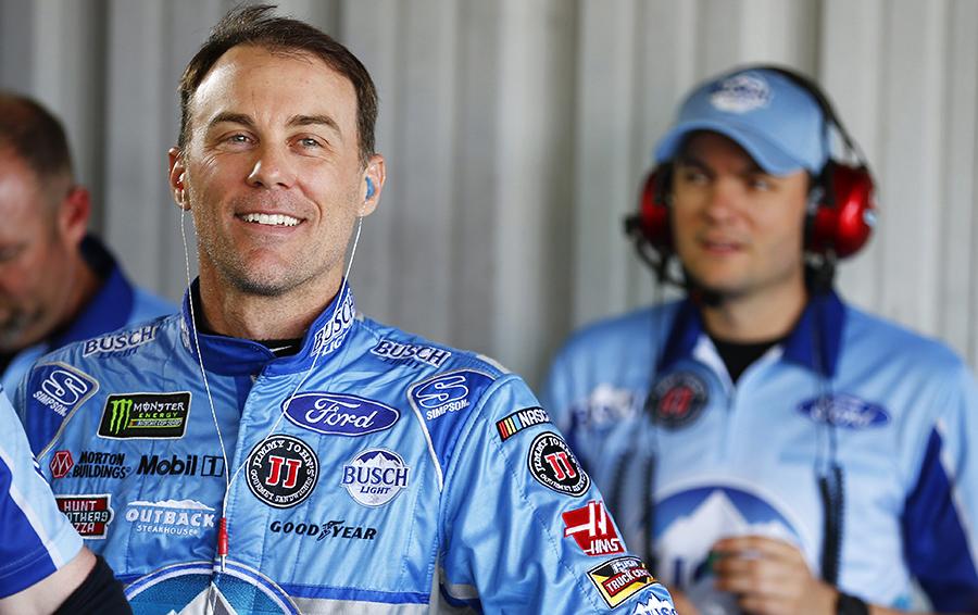На фото – Кевин Харвик, один из самых успешных гонщиков NASCAR, но примерно так выглядит выглядит комбинезон любого пилота этой серии