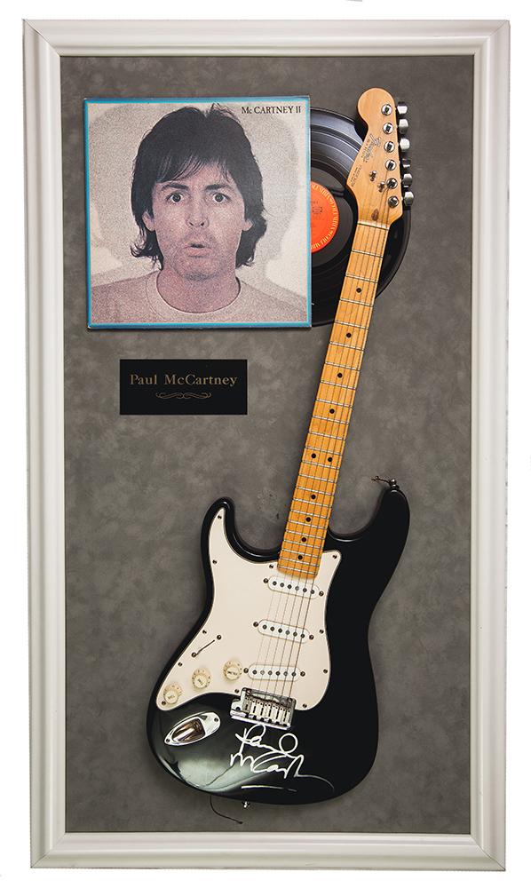 Гитара Fender Stratocaster с автографом Пола Маккартни