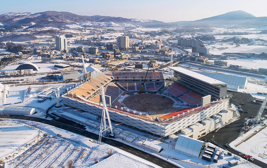 Олимпийский стадион на 35 тысяч зрителей построили специально для церемоний открытия и закрытия. После завершения Паралимпиады его частично демонтируют