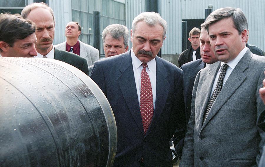 Президент компании «ЮКОС» Сергей Муравленко и президент компании «Лукойл» Вагит Алекперов (справа) во время открытия завода «ЮКОРТ».