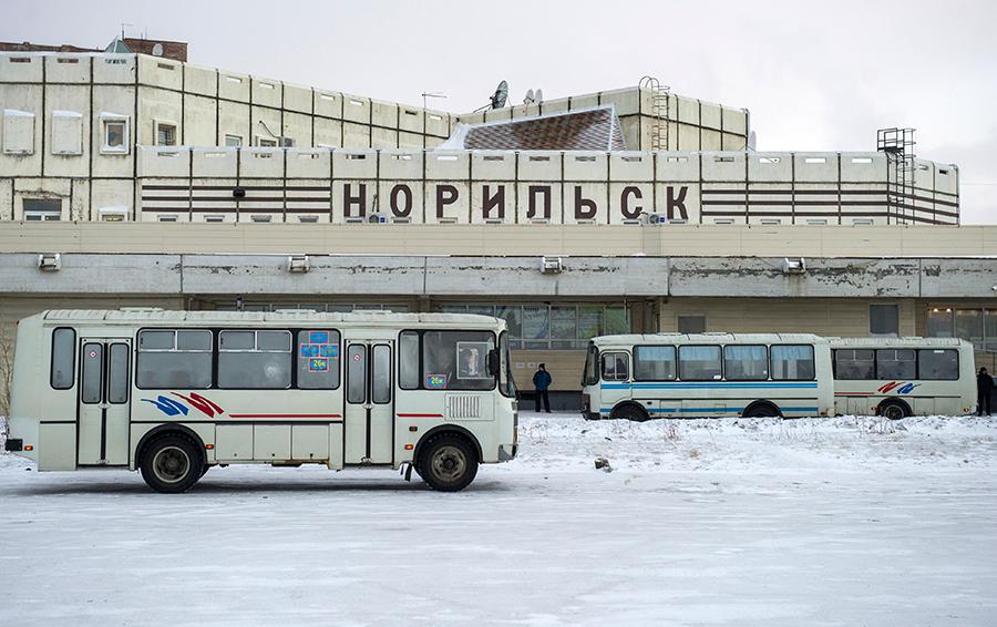 Автобусы на городском автовокзале.