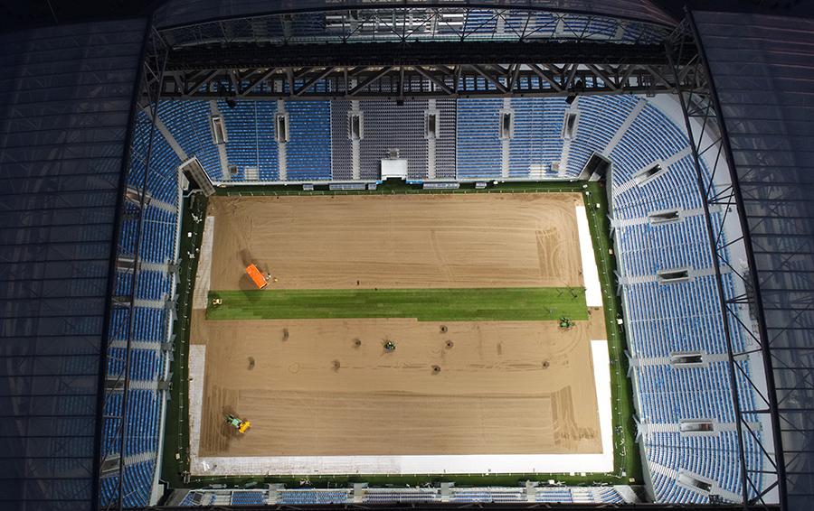 Так выглядел стадион «Крестовский» 27 мая 2017 года, через три дня работы по укладке рулонного газона были завершены. 17 июня на арене должен состояться матч-открытие Кубка конфедераций