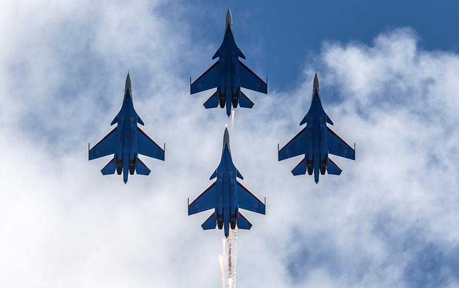 Пилотажная группа «Русские Витязи» на самолетах Су-30СМ.