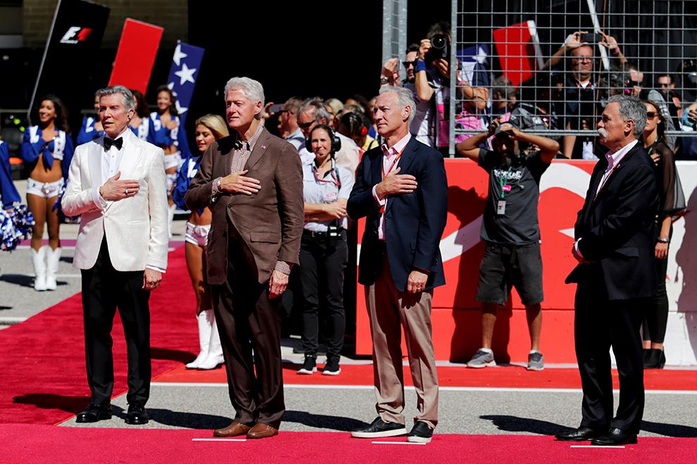 В 2017-м на Гран-при США новые управленцы показали, какими хотят видеть гонки «Формулы-1». Больше звезд (второй слева на фото – экс-президент США Билл Клинтон) и больше шоу (в белом – знаменитый конферансье Майкл Баффер)
