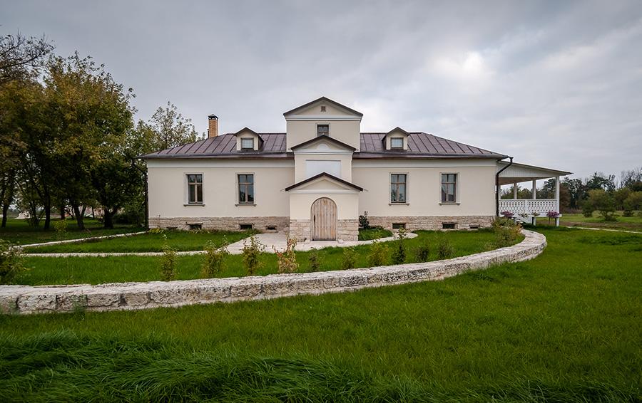 Восстановленное здание усадьбы.