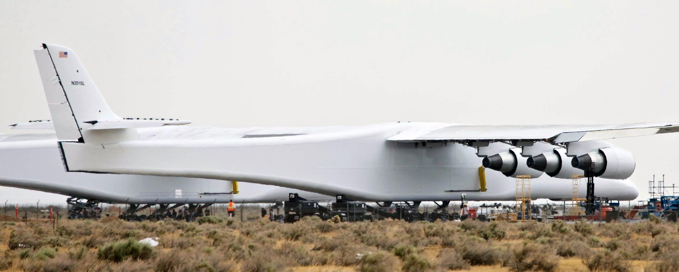 Самолет-носитель Stratolaunch на летном поле