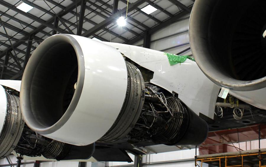 Двигатели самолета Stratolaunch крупным планом.