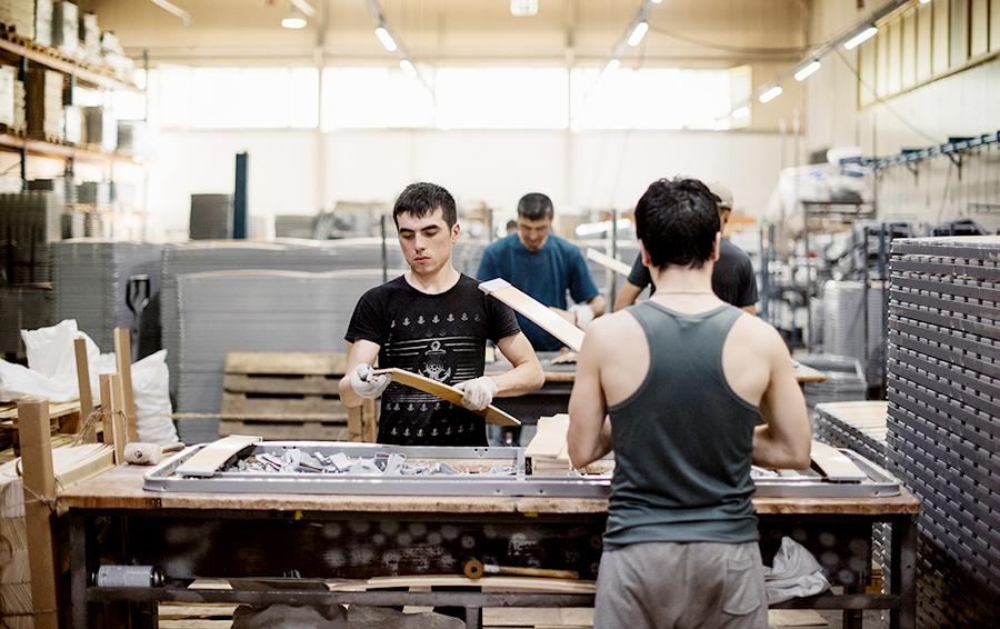 Переход на поточную сборку позволил минимизировать долю ручного труда, например, для обивки мебели на металлокаркасе люди уже не нужны