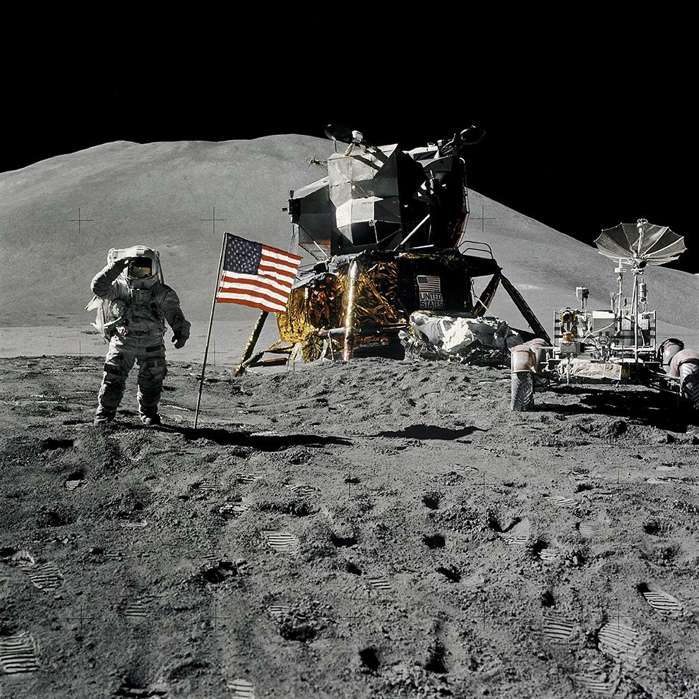 Джеймс Ирвин салютует флагу США. На заднем плане — гора Хэдли Дельта (около 4000 м)