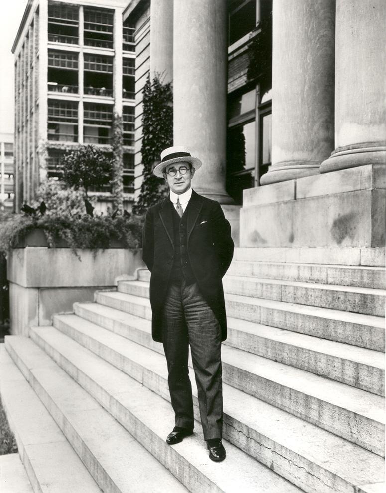 Берти Ч. Форбс у входя в штаб-квартиру компании National Cash Register (NCR Corporation). Дейтон, штат Огайо, 1919 год