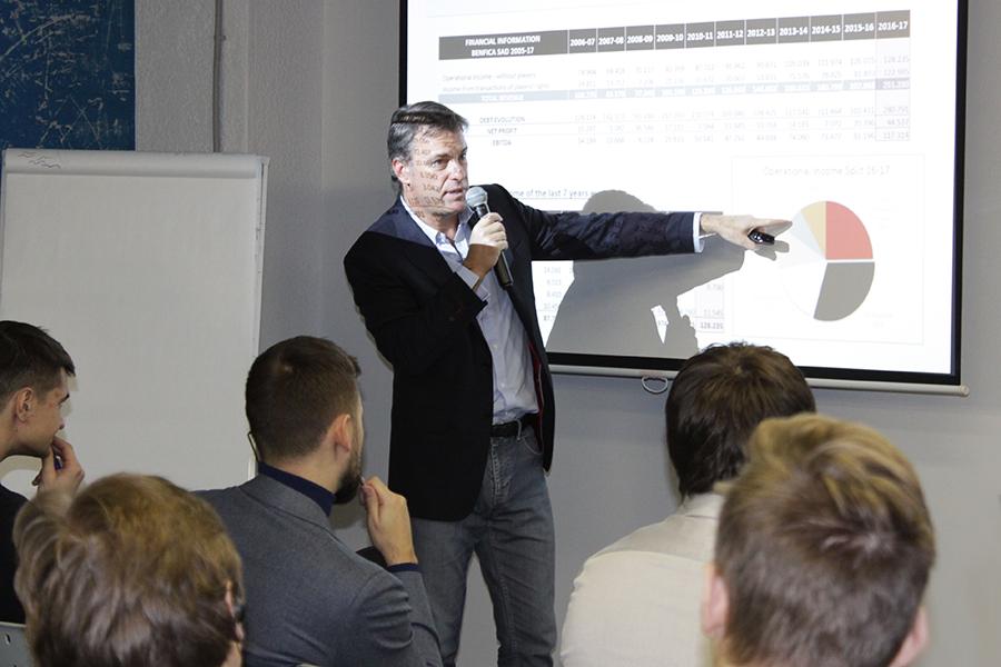 Коммерческий директор «Бенфики» Бернардо Карвальо объясняет студентам  бизнес-школы RMA структуру доходов клуба: 30% приносят телеправа, 25% ¬– призовые за участие в еврокубках, 17% – спонсорство, 11% – продажа билетов, 8% – реализация VIP-лож, 9% – другие источники