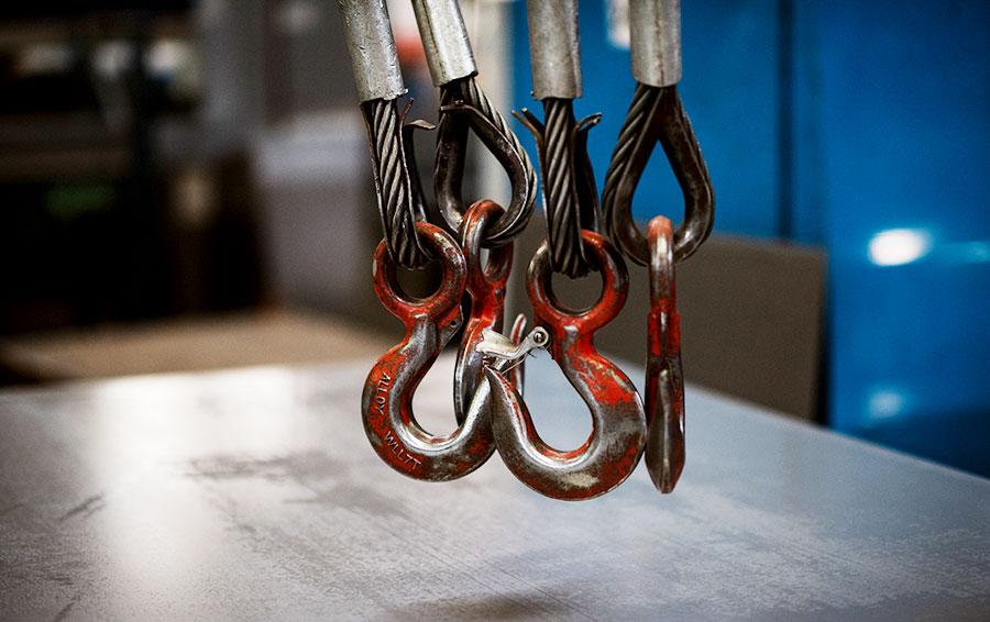 Металл привозят листами или в рулонах, которые затем отправляются на резку