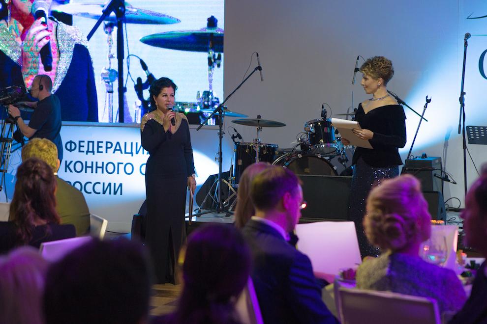 Президент Федерации конного спорта России Марина Сечина и ведущая вечера Яна Чурикова