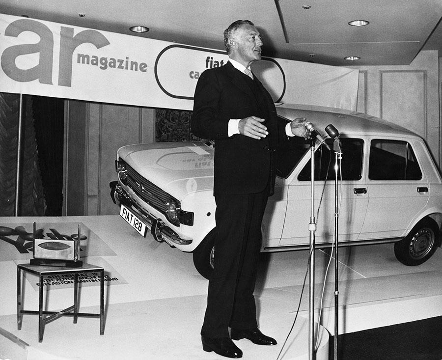 Итальянский бизнесмен Джанни Агнелли, президент Fiat, принял премию Car Car Magazine «Автомобиль года» в отеле Carlton Tower в Лондоне. Награда была присуждена Fiat 128