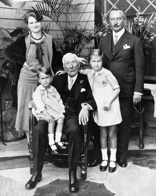 Джон Рокфеллер-ст. с внучкой Матильдой Рокфеллер-Маккормик и ее семьей (1900)