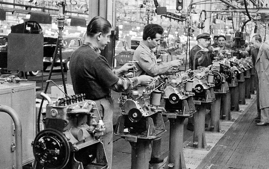 Автомобильные двигатели, спускающиеся по сборочной линии на заводе Fiat Mirafiori, в Турине.