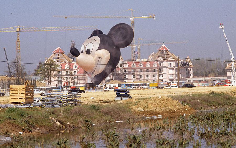 Место строительства парижского Диснейленда за год до его открытия