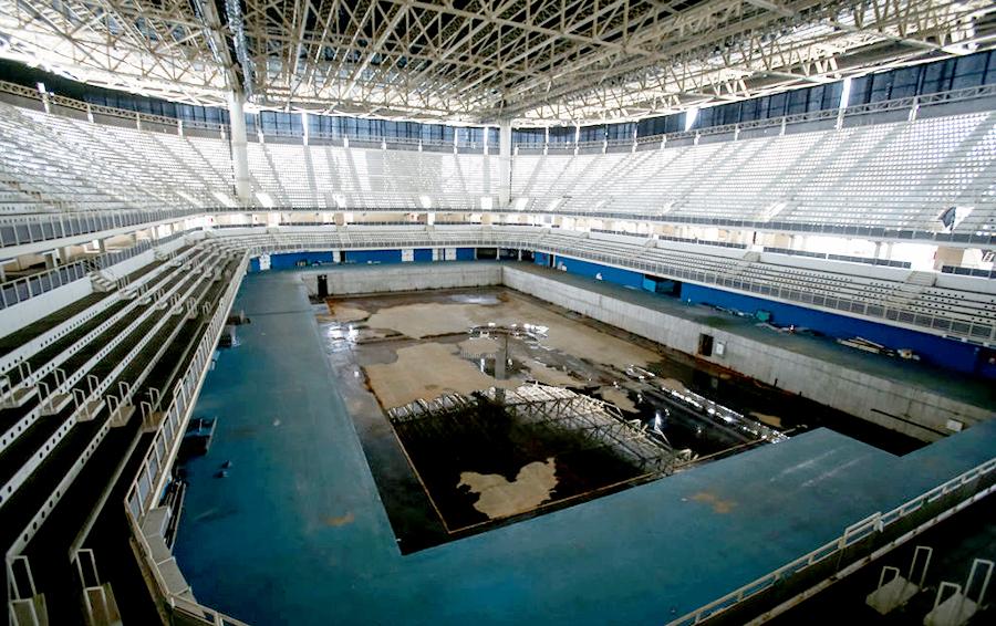 Спустя полгода после Игр-2016 олимпийский бассейн на почти 15 000 зрителей стоимостью $38 млн выглядит так. По плану его должны были разобрать после соревнований и превратить в два водных центра поменьше