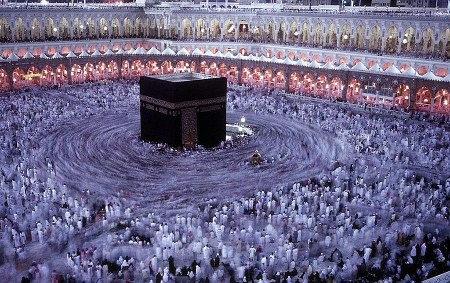 Мусульмане обходят Каабу, самое священное святилище ислама и святыню паломничества, в мечети Масджид аль-Харам. Мекка, Саудовская Аравия.