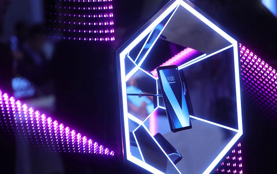 LG V30, представленный на стенде LG Electronics
