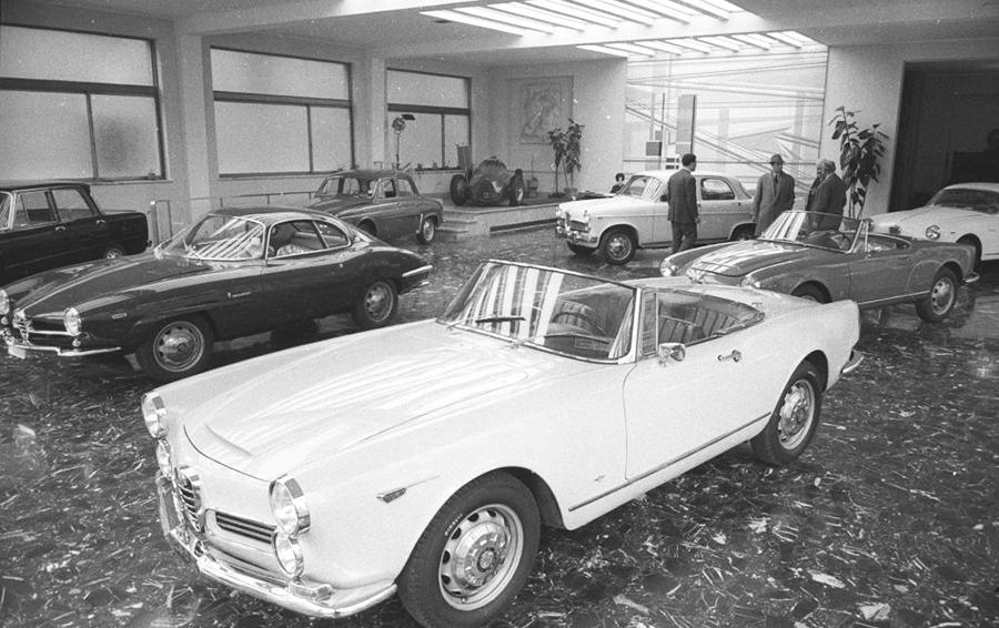 Автомобильный шоурум в Риме. На переднем плане — Alfa Romeo