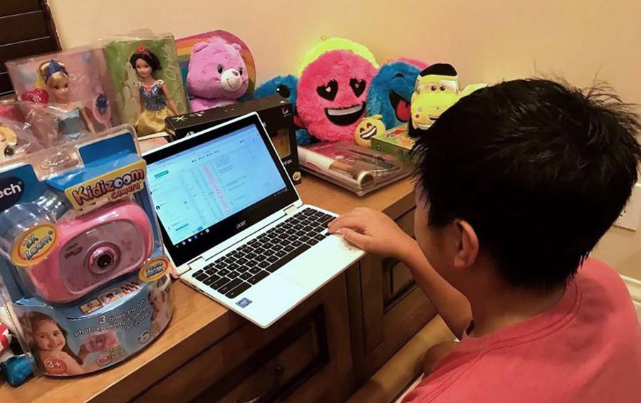 Сын Лиу заполняет таблицу, перечисляя те игрушки, которые он собирается продать на Facebook Marketplace.