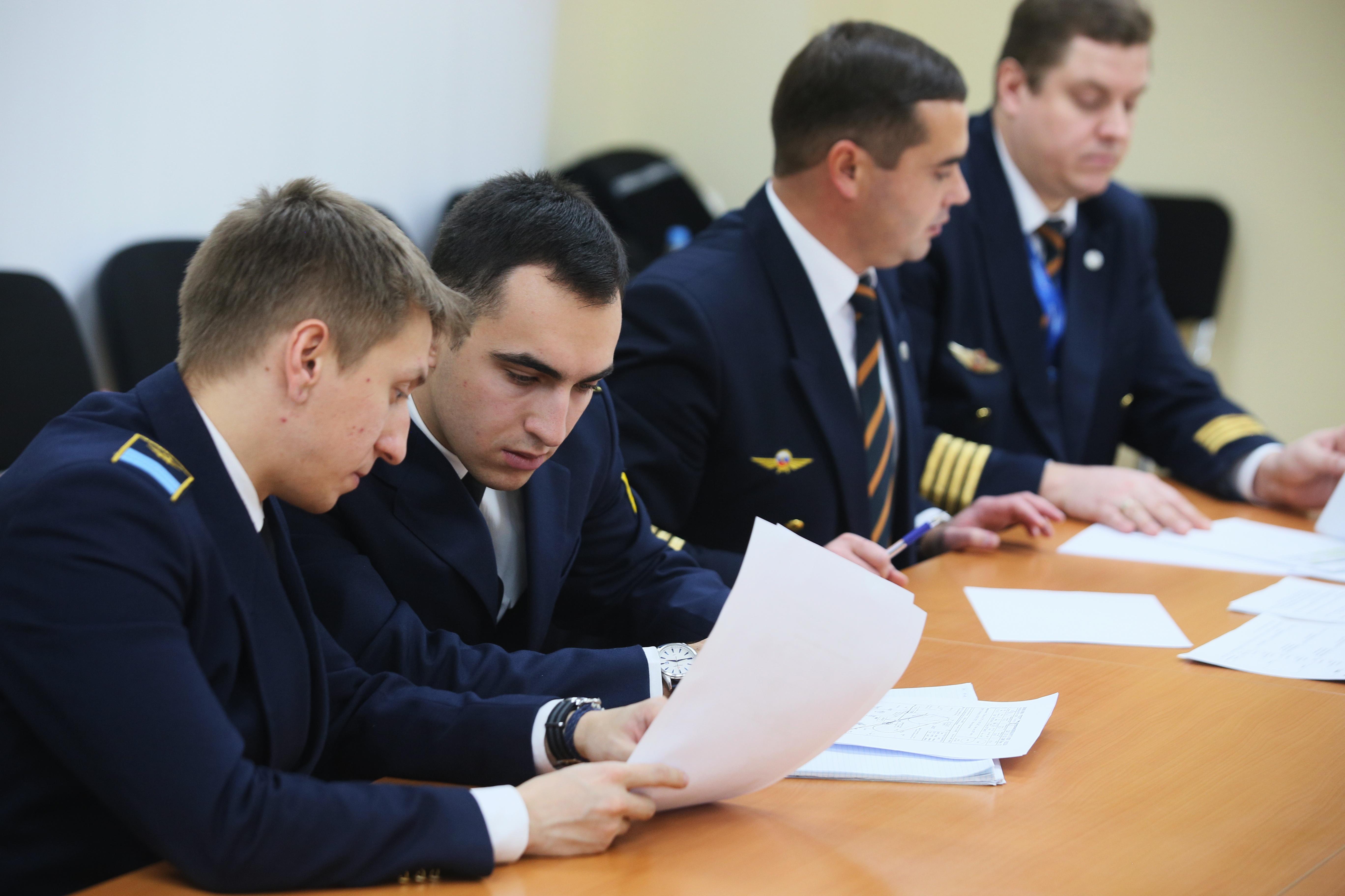 Прежде чем сесть в кабину, участники сдавали техническое тестирование по тем дисциплинам, которым обучают в летных училищах.