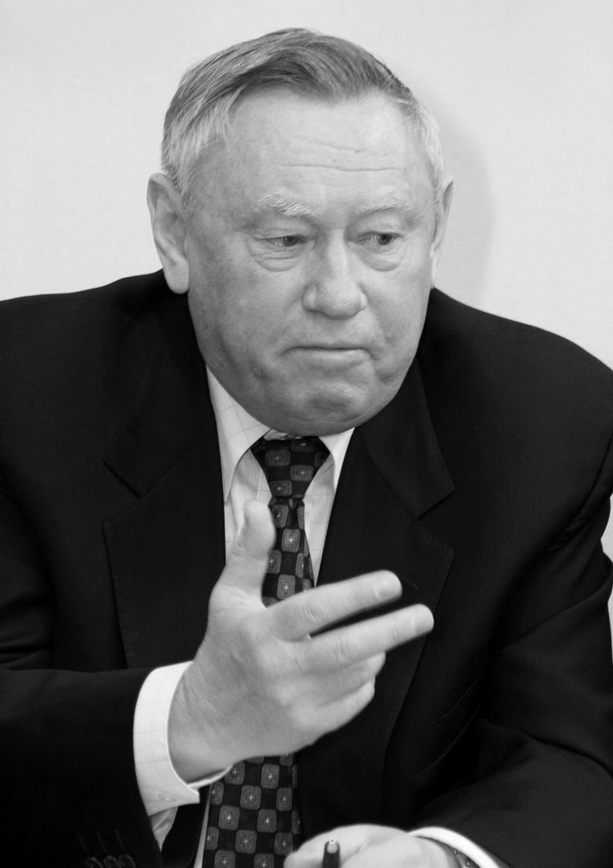 Николай Ольшанский был министром по производству минеральных удобрений СССР с 1986 по 1989 гг.