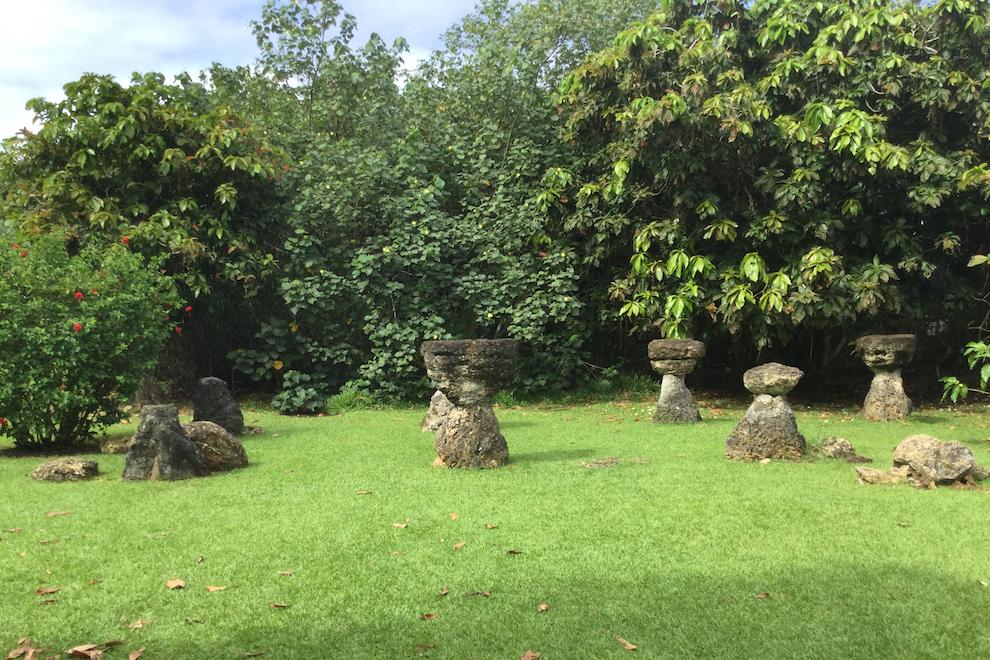 Камни латте в чаморрской деревне
