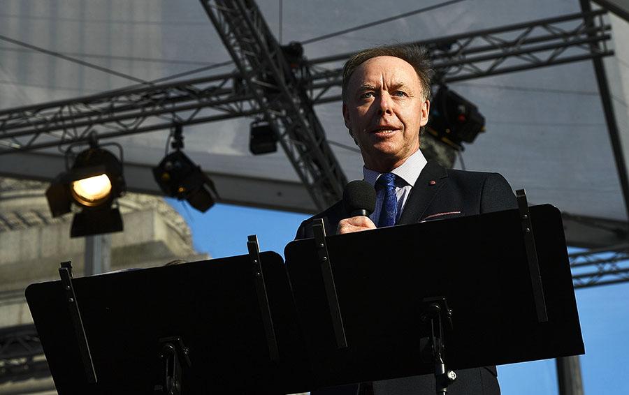 Ян Робертсон обращается к аудитории во время концерта
