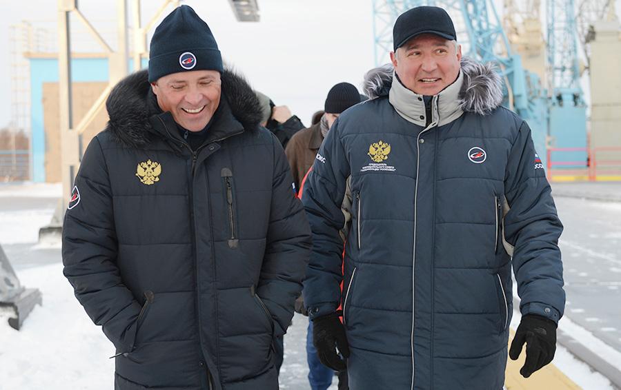 Заместитель председателя правительства РФ Дмитрий Рогозин (справа) и генеральный директор Государственной корпорации по космической деятельности «Роскосмос» Игорь Комаров на космодроме «Восточный» перед стартом ракеты-носителя «Союз-2.1б»