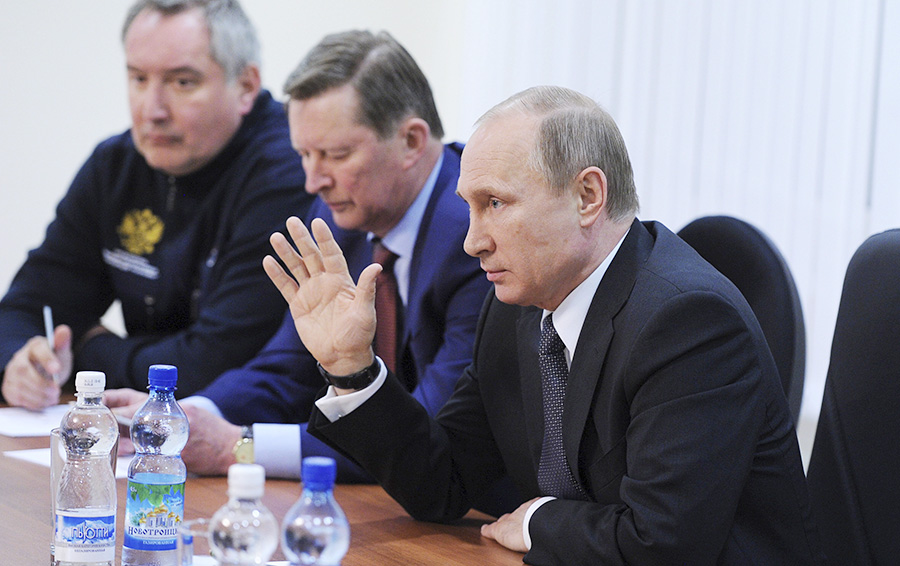 Президент России Владимир Путин (справа) на заседании Госкомиссии, которая выясняет причины переноса пуска ракеты-носителя «Союз-2.1а» на космодроме «Восточный». (27 апреля 2016 год)