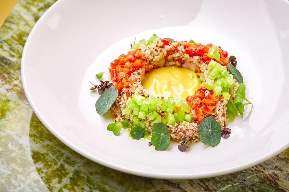 Салат с киноа с креветками и овощами