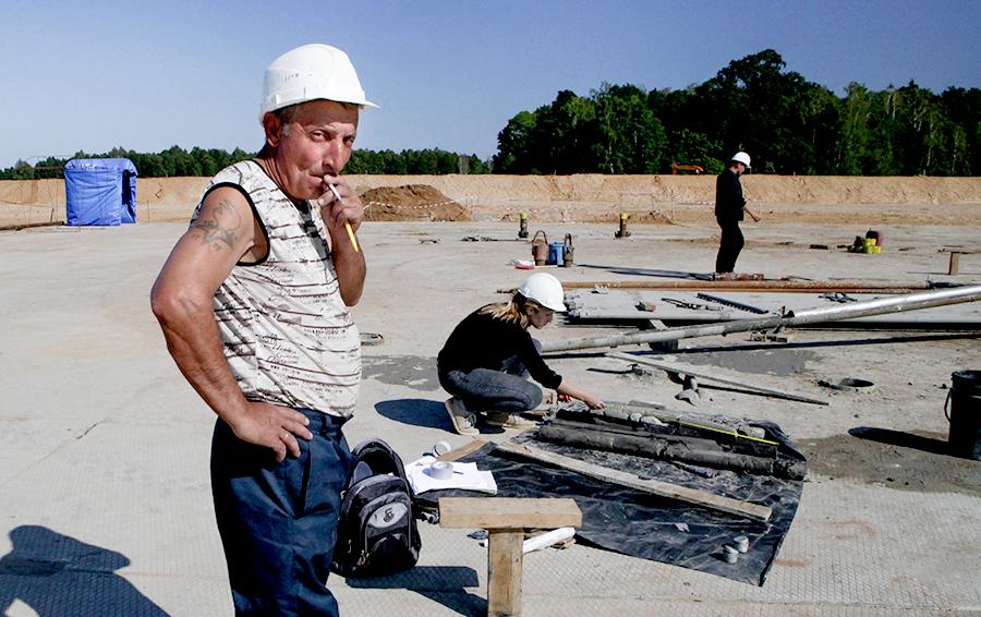 Площадка залита бетоном с 86 отверстиями для бурения замораживающих скважин
